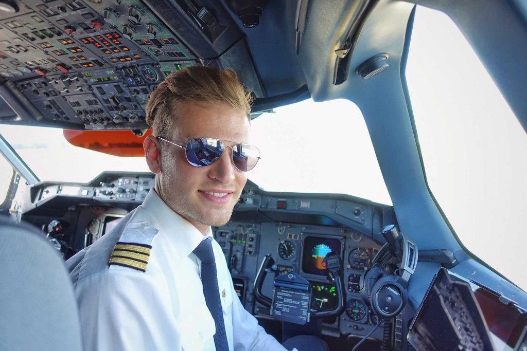 workday titel 1024x683 1 - شغل خلبانی هواپیما نیاز به چه مدارک و شرایطی دارد